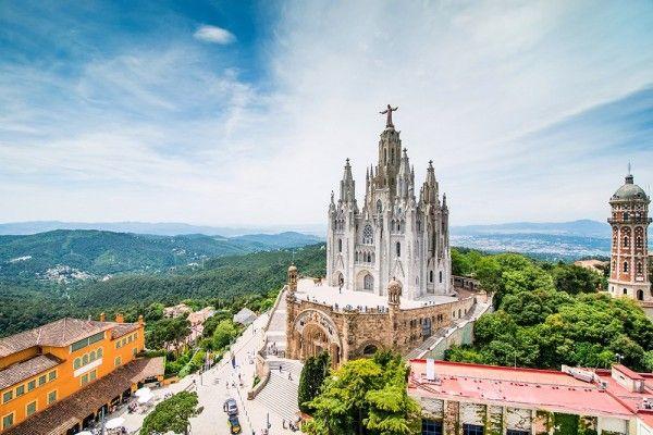 11. Барселона, Испания. В этом городе на побережье Испании есть все: яркая ночная жизнь, потрясающий морской порт, отличная каталонская кухня и, конечно же, архитектурные чудеса Гауди, музеи, парки и песчаная набережная.
