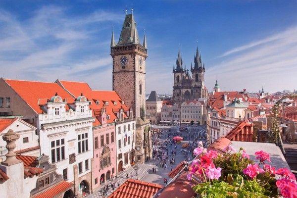 1. Прага, Чехия. Чешская столица знаменита своим пивом, историческим оперным театром и тысячелетней архитектурой, которая чудом сохранилась во время войны. А еще тут столько всего удивительно красивого: живописный Карлов мост в Старом городе, великолепный Пражский Замок и подземные бары, где янтарное пиво подают пинтами.