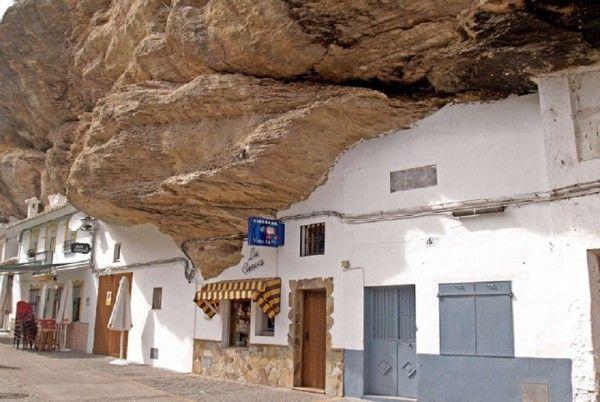 8. Сетениль-де-лас-Бодегас. Испания.  Испанский городок, который насчитывает не более 3000 тысяч человек, славится своими уникальными домами, которые буквально врезаны в скалы. Огромные камни грозно нависают над домами и улицами. Но бояться того, что они обрушатся не стоит, ведь они простояли незыблемо вот уже несколько миллионов лет.