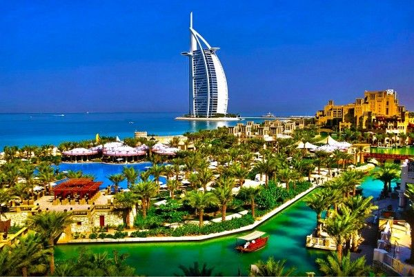19. Дубай, ОАЭ. Пожалуй, Дубай известен на весь мир своими уникальными и причудливыми небоскребами, 35 из которых выше 200 метров. А некоторые можно легко узнать по их уникальной форме, к примеру, необычную Башню Розы, Дубайский Парус и самое высокое в мире 828-метровое здание Бурдж Дубай с удивительным фонтаном Дубай.