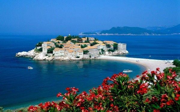 19. Черногория. Это красивая и самобытная страна, которая по праву может гордиться своими чудесными песчаными пляжами, зелеными густыми лесами, чистейшими реками и озерами.