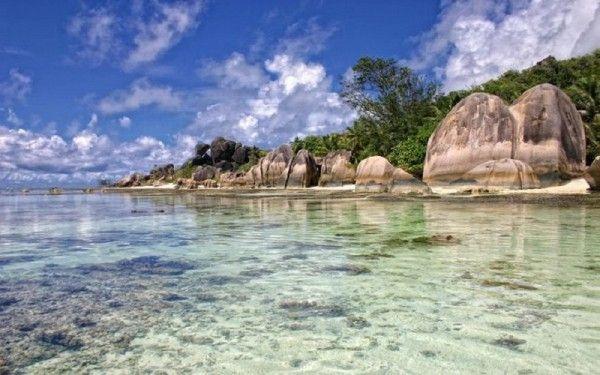 16. Сейшельские острова - это 33 обитаемых острова и 82 необитаемых. Долгое время они были перевалочным пунктом на пути следования кораблей в Индию. И, естественно, Сейшелы хранят историю обитавших здесь пиратов и возможные сокровища. А еще, Сейшелы - это настоящий райский уголок.