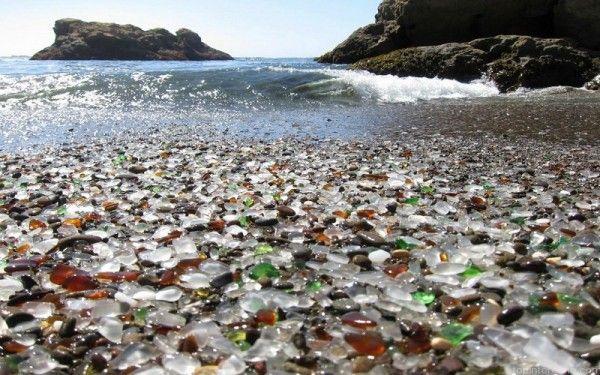 28. Стеклянный пляж, США. Трудно представить, но здесь в начале XX века была общественная свалка. Но за несколько десятилетий природа сама разобралась с ней: от былых мусорных гор не осталось и следа. Морские волны расчистили пляж и обточили каждую стекляшку на побережье. В итоге, по форме стеклянные камешки ничем не отличаются от привычной для нас гальки, и теперь миллиардами кусочков стекла усыпано все побережье.