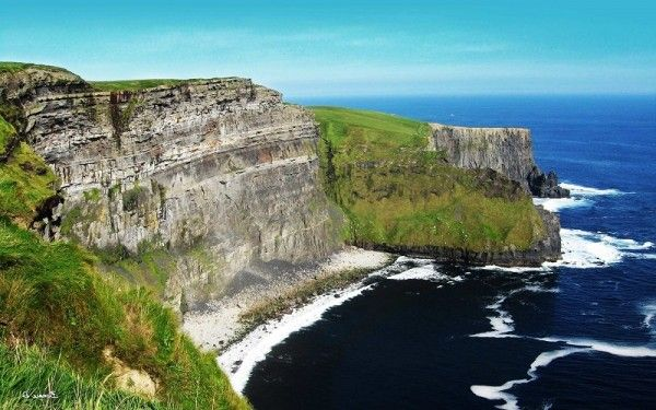6. Утесы Мохер, Ирландия. Пышные зеленые скалы, которые тянутся на 5 миль вдоль Атлантического побережья Ирландии, - наиболее посещаемая природная достопримечательность. Высота их более 200 м, и с Утесов Мохер открывается неповторимый вид на остров Аран и залив Голуэй.
