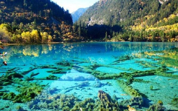 21. Бирюзовые озера, Китай. Вода в них кристально чистого зеленого, голубого и бирюзового цветов, т. к. все эти озера образовались в результате таяния ледников. Путешественники отмечают, что под слоем воды любого из озер можно без труда разглядеть дно.