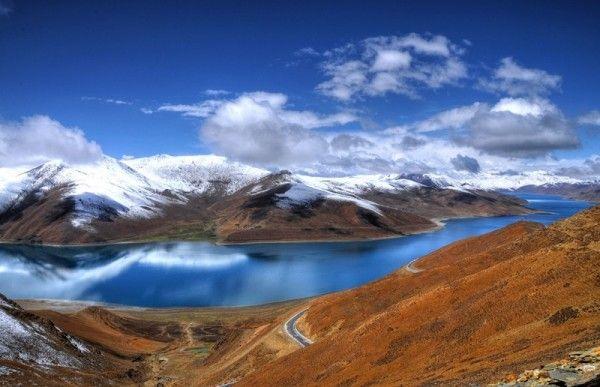 14. Озеро Ямджоюм-Цо, Тибет. Расположено на высоте 4488 м, озеро входит в одно из 4-х наиболее почитаемых озер Тибета, вокруг которых паломники совершают ритуальный обход - кору. Цвет озера постоянно меняется, считается, что его невозможно увидеть дважды. Тибетцы считают Ямджоюм-Цо талисманом Тибета, который станет необитаем, когда воды озера высохнут.