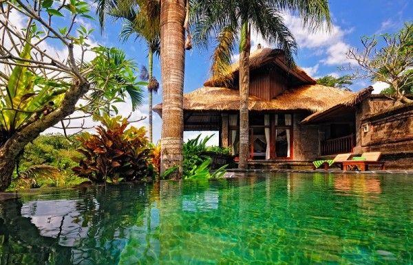 5. Бали, Индонезия. Прекрасные пляжи, величественные горы, зеленые рисовые поля и компания приветливых местных жителей... Бали - это место для похода, медитации, занятий серфингом, дайвингом и исследования древних храмов и руин.