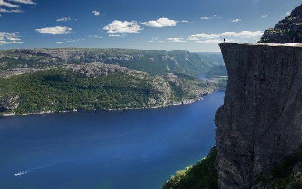 7. Прекестулен, Норвегия. И хотя здесь нет ремней безопасности, чтобы уберечь от падения с обрыва в реку ниже, все же это не останавливает людей от посещения этого плато. И не зря, ведь смельчаки будут вознаграждены потрясающими видами норвежских гор, а также высоким уровнем адреналина в крови.