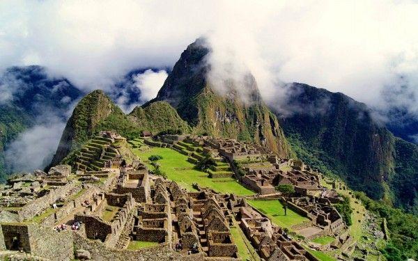 4. Мачу-Пикчу, Перу. Самый священный город Инков расположен среди облаков на склоне Анд в Перу. Мачу-Пикчу представляет собой чудо инженерии. Воздух здесь буквально пропитан мистикой и необъяснимой космической энергией.