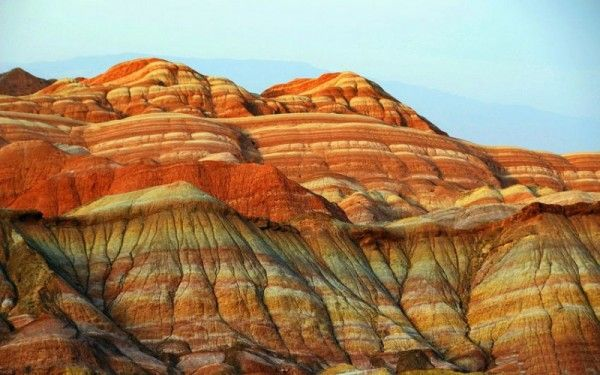 25. Радужные скалы Дэнксия, Китай. Не нужно лететь на другую планету, чтобы увидеть горы невероятного цвета: ярко-алые, пересечённые золотыми полосами, а также радужно-разноцветные, розовые, малиновые. Такие горы находятся на северо-западе Китая.