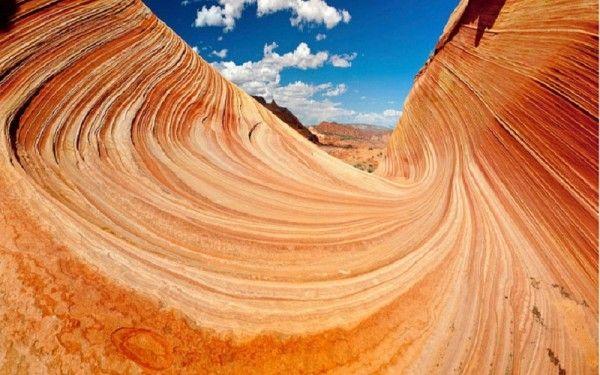 20. Склон Койот Бют, США. Склон с волнообразными песчаными дюнами начал формироваться во времена юрского периода, почти 200 млн лет назад. Оранжево-красные дюны, состоящие из мягкого песчаника, уплотнились благодаря высокому содержанию кальция в почве, а дожди и ветра создали плавные кривые, образовав природные закручивающиеся спирали.