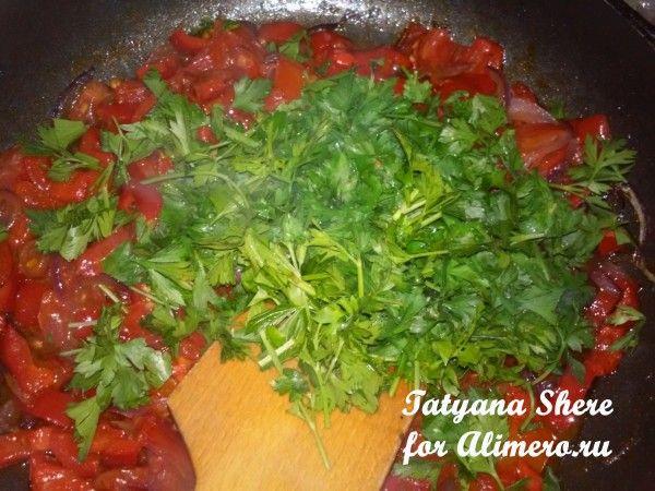 Паста с луком и помидорами