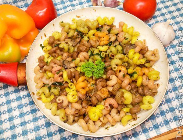 Цветные макароны с чесноком