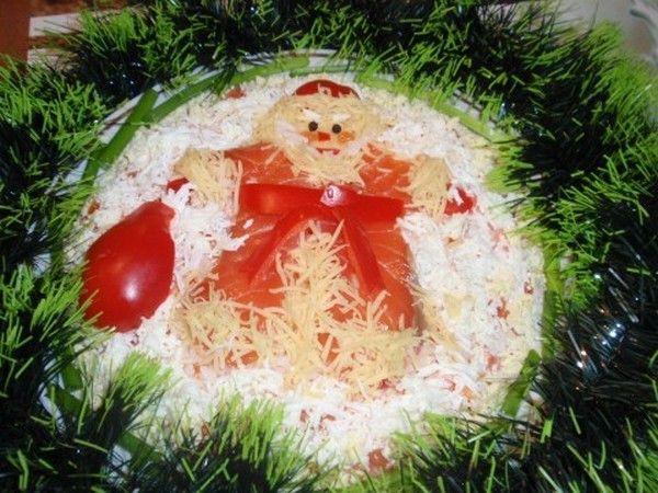 Салат с Дедом Морозом. Шуба деда – красная рыба, опушка – тертый сыр, мешок с подарками – красный болгарский перец. Снег из яичного белка.