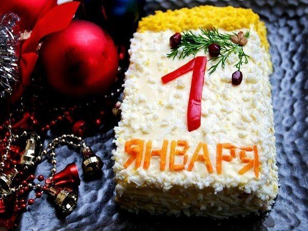 Салат в виде отрывного календаря. Верхний слой из яичного белка, шапка из яичного желтка, цифра из болгарского перца, надпись из вареной моркови.
