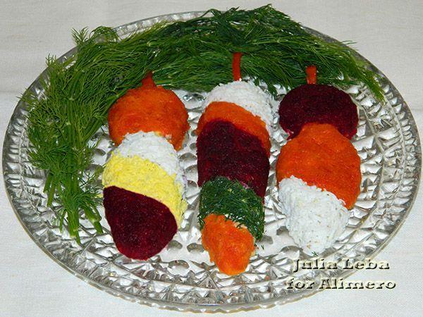 Мясной салат «Новогодние игрушки». Рецепт: Юлия Леба. Ингредиенты: отварная говядина, яйца, сыр, лук, специи. Заправка: майонез. Украшение: зелень, яйцо, морковь, свекла, болгарский перец.