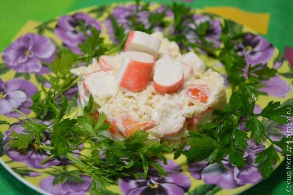 Салат «Легкий» с крабовыми палочками. Рецепт: Ксюша Monli. Ингредиенты: крабовые палочки, вермишель быстрого приготовления, сладкий болгарский перец, соль. Заправка: майонез. Украшение: зелень.