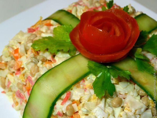Салат «Подарок». Рецепт: Надежда Андрияхина. Ингредиенты: крабовое мясо, фасоль, яйцо, сладкий перец. Заправка: майонез. Украшение: помидор, огурец, петрушка.
