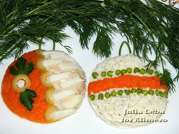 Праздничный салат «Елочные шары». Рецепт: Юлия Леба. Ингредиенты: рыбные консервы, отварной картофель, морковь, яйца, лук, специи. Заправка: сметана майонез. Украшение: яйцо, морковь, оливки, зелень.