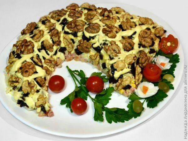 Салат «Рог изобилия». Рецепт: Надежда Андрияхина. Ингредиенты: копченый окорочок, яйца, сыр, яблоко, лук, чернослив. Заправка: майонез. Украшение: грецкие орехи.
