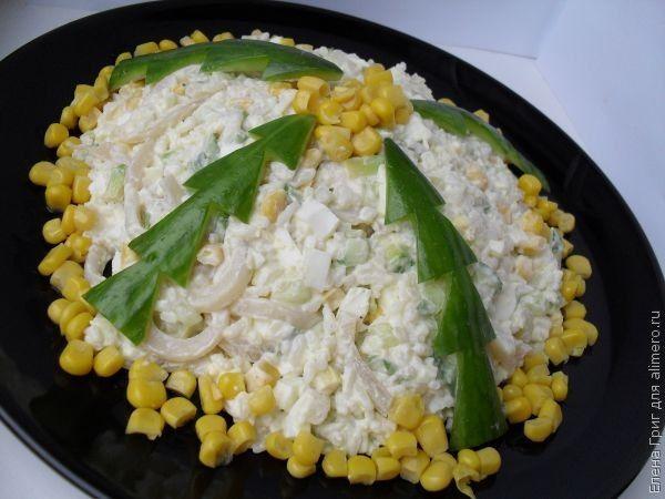 Салат «Елки». Рецепт: Елена Григ. Ингредиенты: кальмары, рис, яйца, авокадо, огурец, кукуруза консервированная, лук, специи. Заправка: Лимонный сок, майонез. Украшение: огурец.
