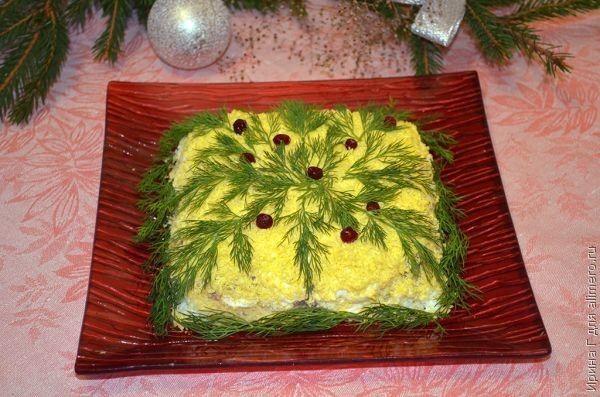 Салат «Новогодняя мимоза». Рецепт: Ирина Г. Ингредиенты: рыбные консервы, сыр, сливочное масло, яйца, лук. Заправка: майонез. Украшение: Зелень, зерна граната или клюква.