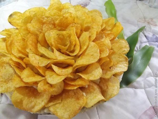 Салат «Роза». Рецепт: Ксюша Monli. Ингредиенты: шампиньоны обжаренные, лук, консервированная кукуруза, картофельное пюре, копченое филе курицы, соль, перец. Заправка: майонез. Украшение: чипсы.