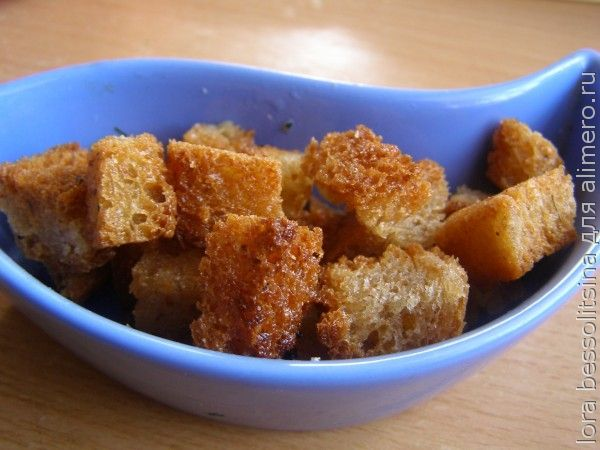 салат с шпротами, сухарики