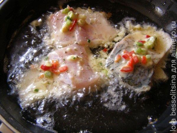 пиленгас в кляре с овощами, рыба жарится
