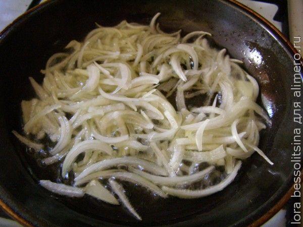 тушеные грибы, жарим лук