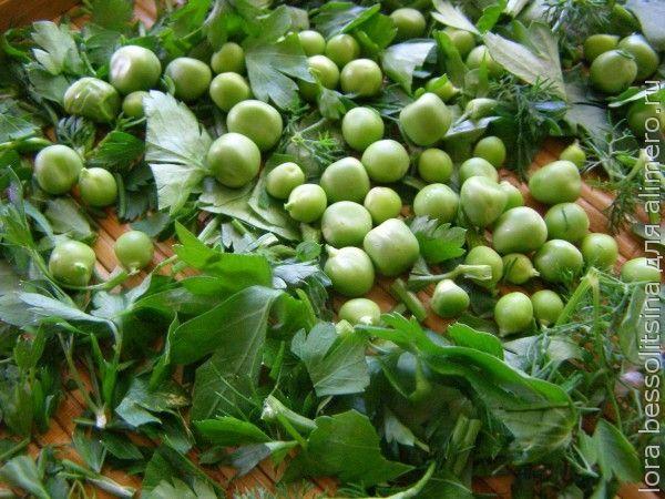 теплый салат, зелень и горошек
