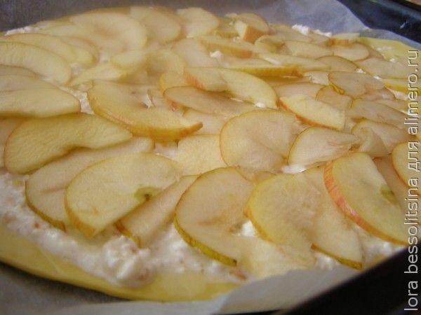 сладкая пицца, слой яблок