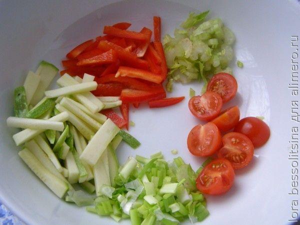 яичница, чери и овощи