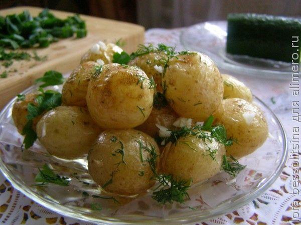 молода картошка, с чесноком и зеленью