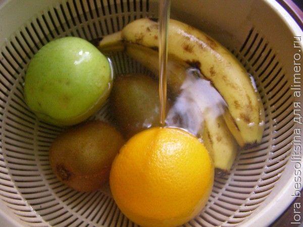 фруктовый шашлык, моем под краном