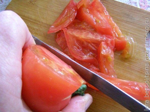 салат с орехами и лавашом, помидор