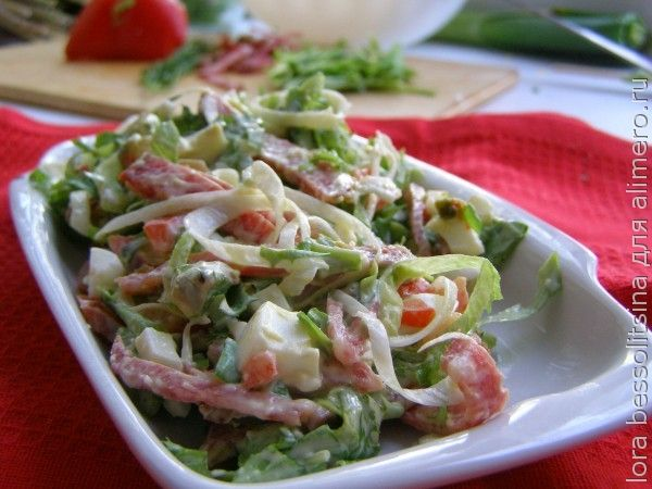 салат с копченой колбасой