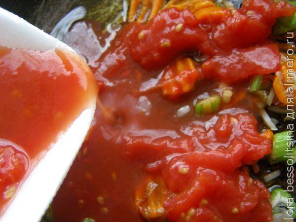 хек с сельдереем, добавим томаты