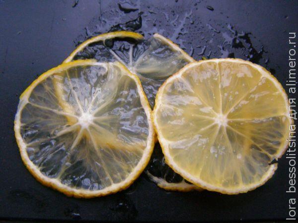 карп с овощами, слайсы лимона