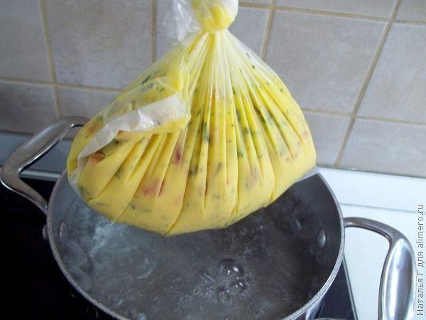 Омлет с овощами, варенный в кульке