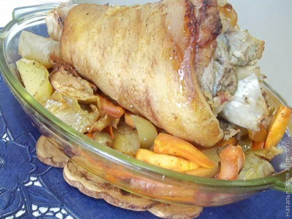 Свиная ножка, запеченная с овощами