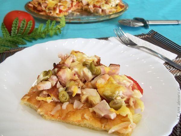 Пицца с ветчиной, помидорами и оливками