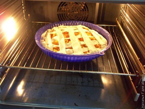 Пирог из слоеного замороженного теста с абрикосами