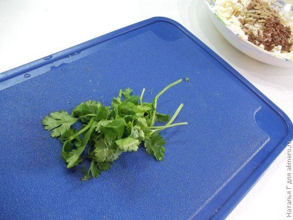 Творожный салат с зеленью и абрикосами