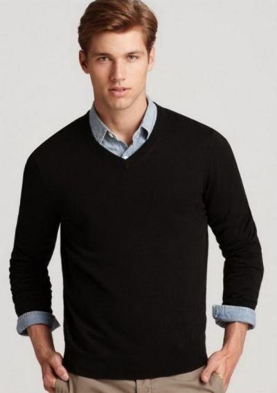 Лаконичность и простота. Черный цвет, как всегда, на высоте. Такой пуловер не стесняет движений, замечательно подходит для работы в офисе или активного  отдыха.