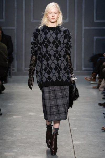 Такой, казалось бы, мужской узор, добавляет этому мешковатому свитеру-тунике, некоторую трогательность. Цвета этой осени по большей части классические: черный, серый, бежевый.