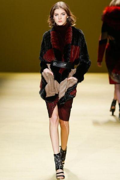 Вместо ярких, кричащих расцветок - меховые вставки. Этой осенью именитые кутюрье отказались от вызывающих красок. Вместо этого сделали ставку на свитера, декорированные мехом.