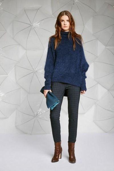 У этой модели широкие удлиненные рукава, ассиметричный низ и глубокий насыщенный цвет. Сочетать такой свитер лучше всего с зауженными брюками или юбками неярких оттенков.