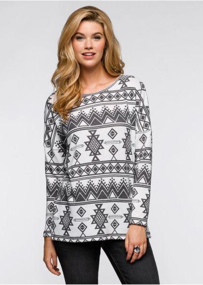 Геометрические узоры в этническом стиле весьма актуальны в этом сезоне.  Серый оттенок мягкого трикотажа делает этот свитер милым и уютным.
