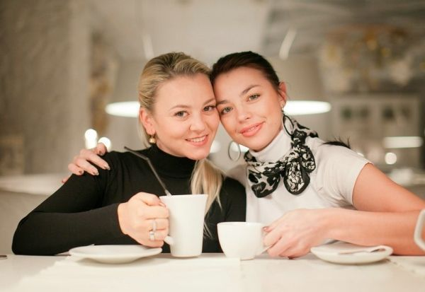 Милый снимок. Глядя на такую фотографию, вспоминается приятное времяпровождение за чашечкой ароматного чая. Обратите внимание на одежду девушек – идеальный контраст.